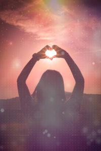 手でハートの恋の願いが叶う待ち受け画像