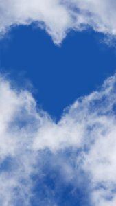 空と雲からできた自然のブルーハート
