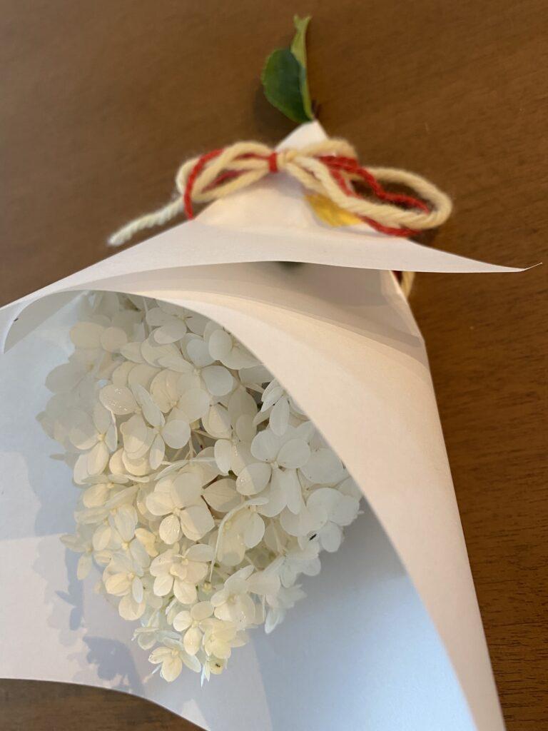 白い紫陽花を玄関に吊す